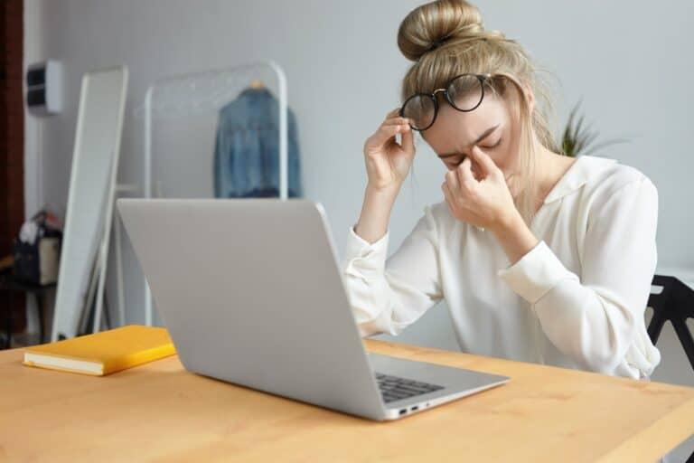 Chroniczne zmęczenie – brak energii, bezsenność, a może przepracowanie? Sprawdź, co Ci dolega